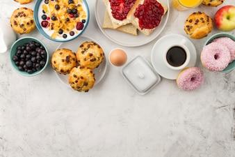 Vários alimentos para o café da manhã