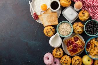 Vários alimentos para um delicioso café da manhã
