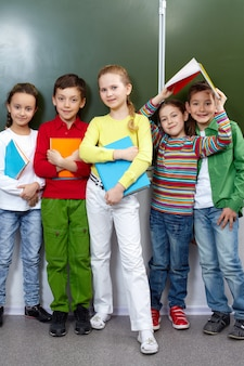 Vários estudantes tendo um bom tempo na sala de aula