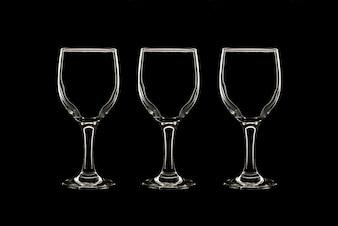 Vazio três copos de vinho sobre fundo preto