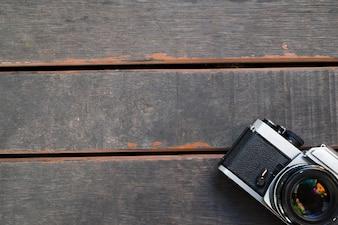 Velho vintage câmera no fundo de madeira