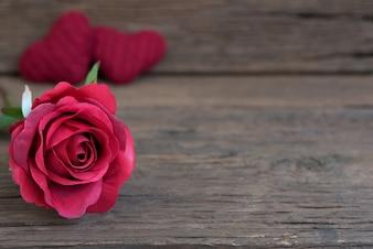 Vermelho, rosa, flor, closeup, rústico, madeira, tabela