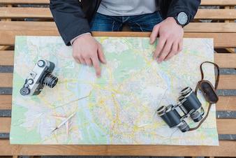 Viajante apontando para o mapa