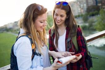 Viajar juntos grupo universidade ao ar livre