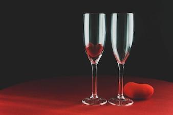 Vidros de vinho com um coração embaixo