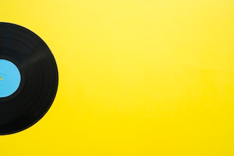 Vinil em fundo amarelo com espaço à direita