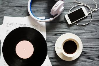 Vinil, smartphone e café