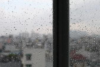 Vintage, cena, cena urbana vista através de uma janela em um dia chuvoso