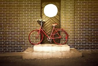 Vintage retro velha bicicleta amarela na rua.