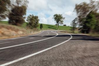 Viragem perigosa em uma estrada australiana.