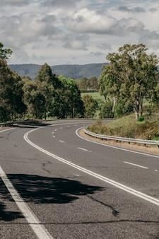Virar direito em uma estrada australiana.