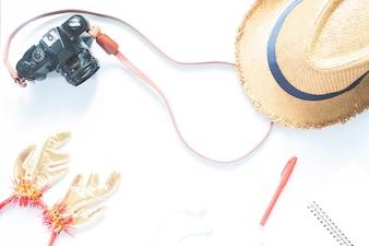 Vista aérea dos acessórios do viajante, itens de férias essenciais, conceito de viagem no fundo branco