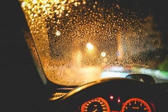 Vista chuvoso do carro