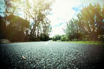 Vista de baixo ângulo da estrada reta. Efeito estilo vintage.