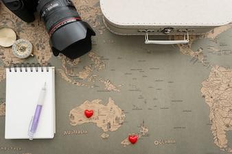 Vista de cima da composição de viagem com variedade de objetos