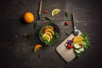 Vista de cima da tábua de cortar com ingredientes para a salada