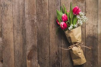 Vista de cima de bouquet decorativo na tabela de madeira