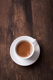 Vista de cima de café na tabela de madeira