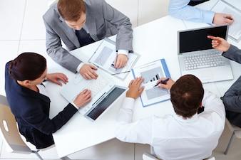 Vista de cima de colegas de trabalho planejamento de uma estratégia