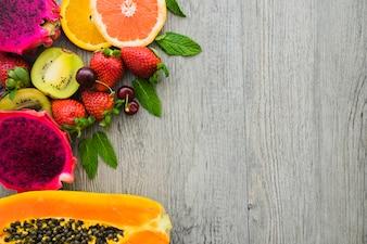 Vista de cima de frutas deliciosas na superfície de madeira