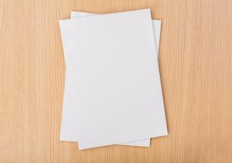 Vista de cima de pedaços de papel na tabela de madeira