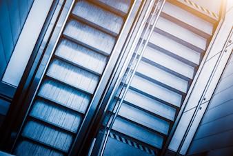 Vista de Escada rolante em uma estação de metro