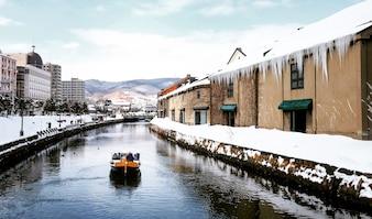 Vista de Otaru Canel na temporada de inverno com barco turístico de assinatura, Hokkaido - Japão.