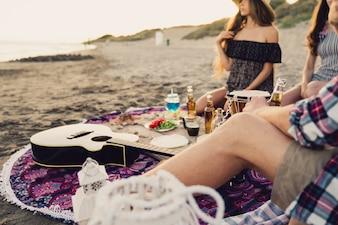 Vista de perto de amigos sentados na praia