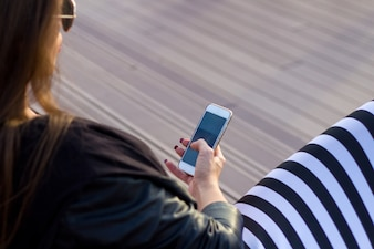 Vista, elegante, jovem, mulher, usando, dela, célula, telefone ...