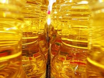 Vista entre garrafas de óleo de cozinha