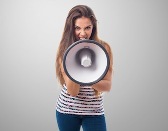 Vista frontal da adolescente irritado com um megafone