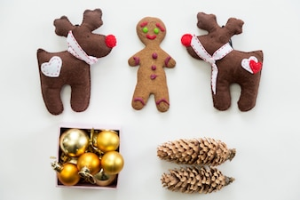 Vista plana da linda decoração e brinquedos de Natal