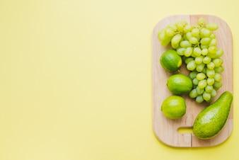 Vista superior da composição com espaço em branco, placa de corte e frutas