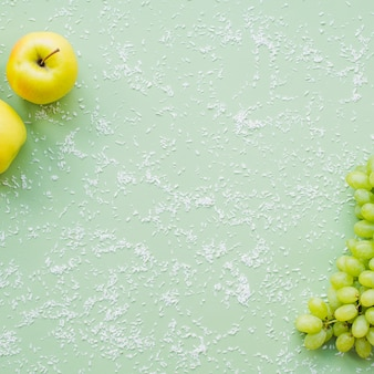 Vista superior da composição com frutas e coco ralado