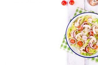 Vista superior da salada saudável com cogumelos