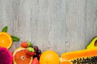 Vista superior da superfície com frutas apetitosas para o verão