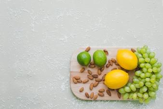 Vista superior da tábua de corte com variedade de produtos saudáveis