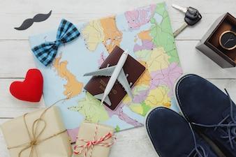 Vista superior Feliz dia do pai com conceito de viagem. Avião e passaporte no mapa e fundo de madeira rústica. acessórios com coração vermelho, bigode, gravata vintage, chave, presente, sapatos, relógio.
