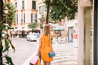 Vista traseira da mulher em vestido amarelo