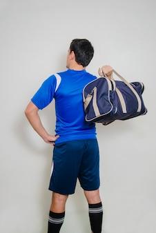 Vista traseira do homem com saco de esportes