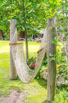 White hammocks no jardim.