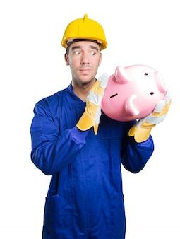 Workman preocupado com sua economia no fundo branco