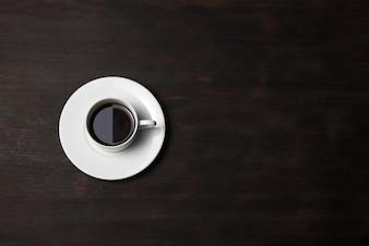 Xícara de café no fundo de madeira
