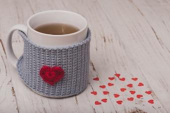 Xícara de chá com uma bolsa com um coração