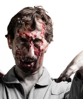 Zombie com os braços levantados