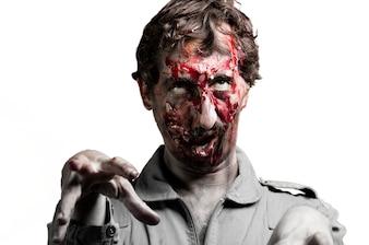Zombie com uma mão levantada