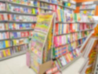 Abstrakte Unschärfe des Buches auf Bücherregalen im Buchladen.