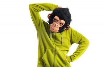 Affe Mann Denken über weißem Hintergrund
