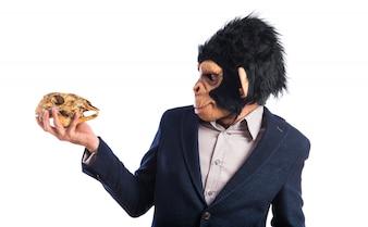 Affe Mann mit einem Schädel