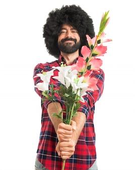 Afro Mann hält Blumen